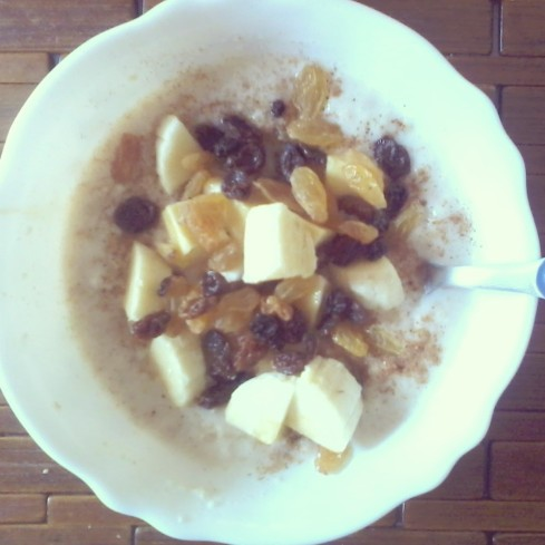 oatmeal topped with sultanas, banana and raisins